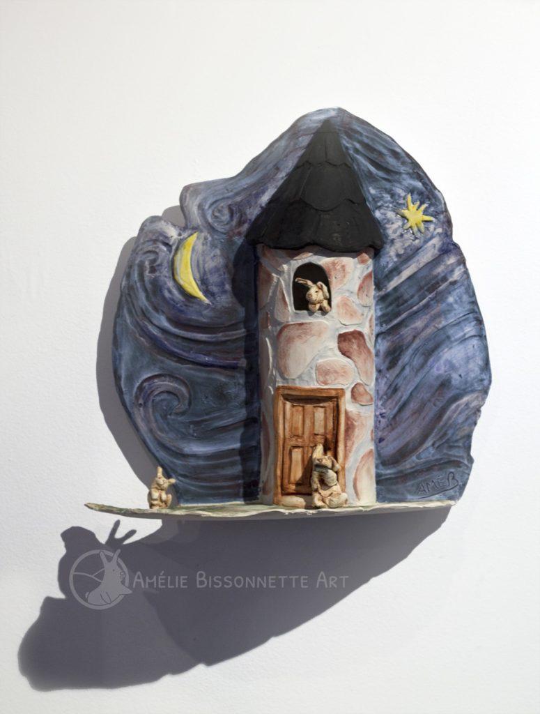 Un lapin monte la garde du haut d'une tour de pierre. Un autre joue de l'harmonica au seuil de la porte et un troisième lapin dance. Le fond est un ciel bleu foncé avec un croissant de lune jaune