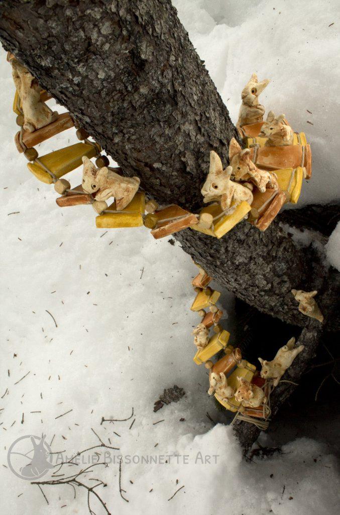 lapins montant un escalier en spirale vers le sommet d'un tronc d'arbre