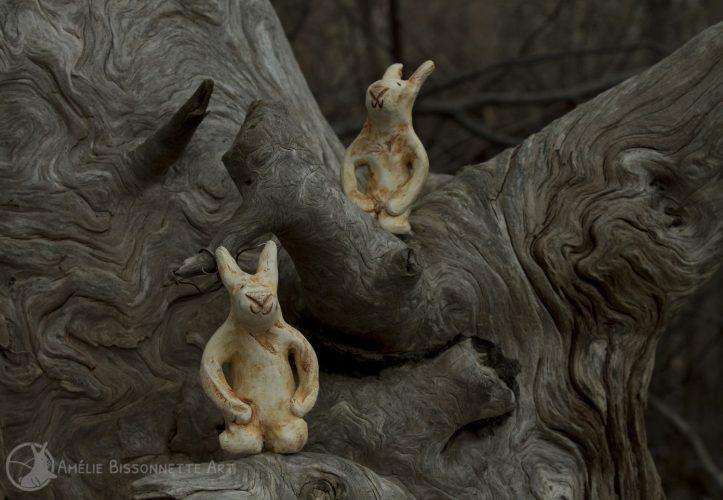 deux lapins de couleur ochre assis avec en fond le grain du bois sec et gris