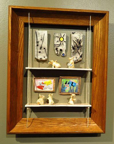 cinq lapins à l'air curieux et perplexe visitent un musée. Des œuvres modernes et contemporaines sont accrochées aux murs de la structure de deux étages.
