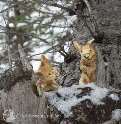 deux lapins enjoués dans un arbre