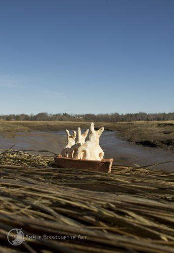 trois minuscules lapins assis dans une embarcation regardent l'horizon