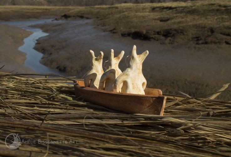 trois lapins poucets échoués sur les berges d'une coulée aux parois d'argile